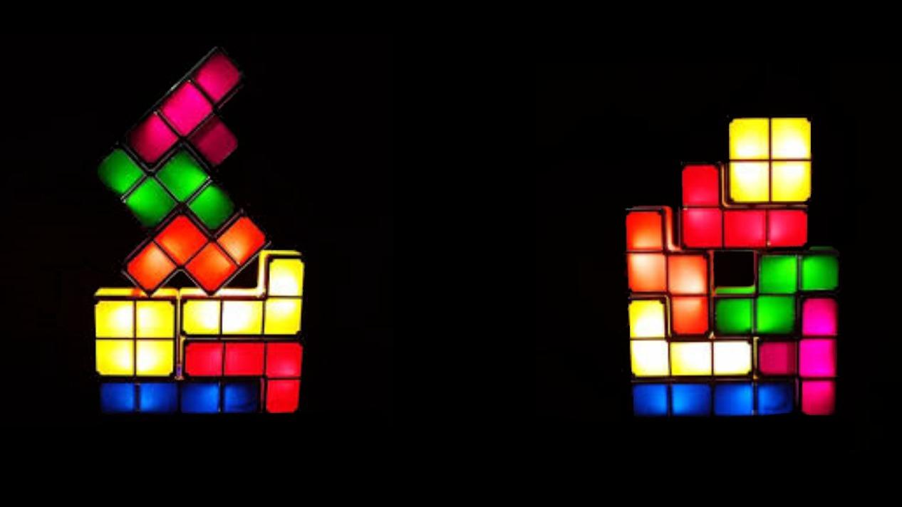 Rappresentazione artistica di due prodotti realizzando combinando componenti semplici fatti con i pezzi del Tetris